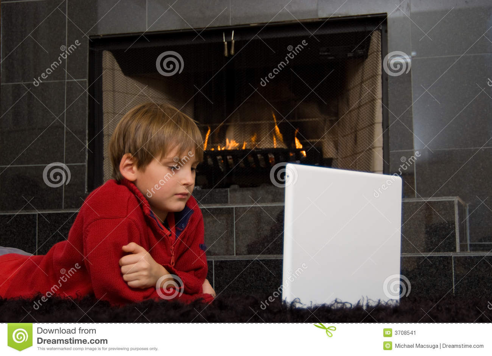 Muchacho en la chimenea en el ordenador.