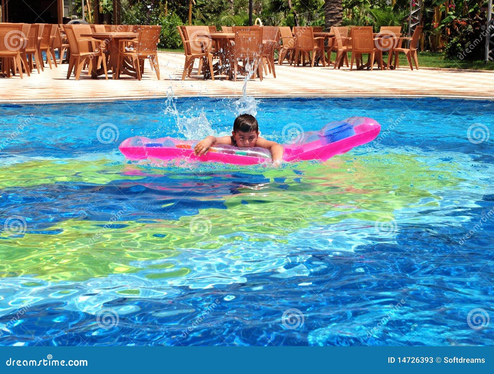 Muchacho en nadar en la piscina fotos de archivo imagen for Fotos follando en la piscina