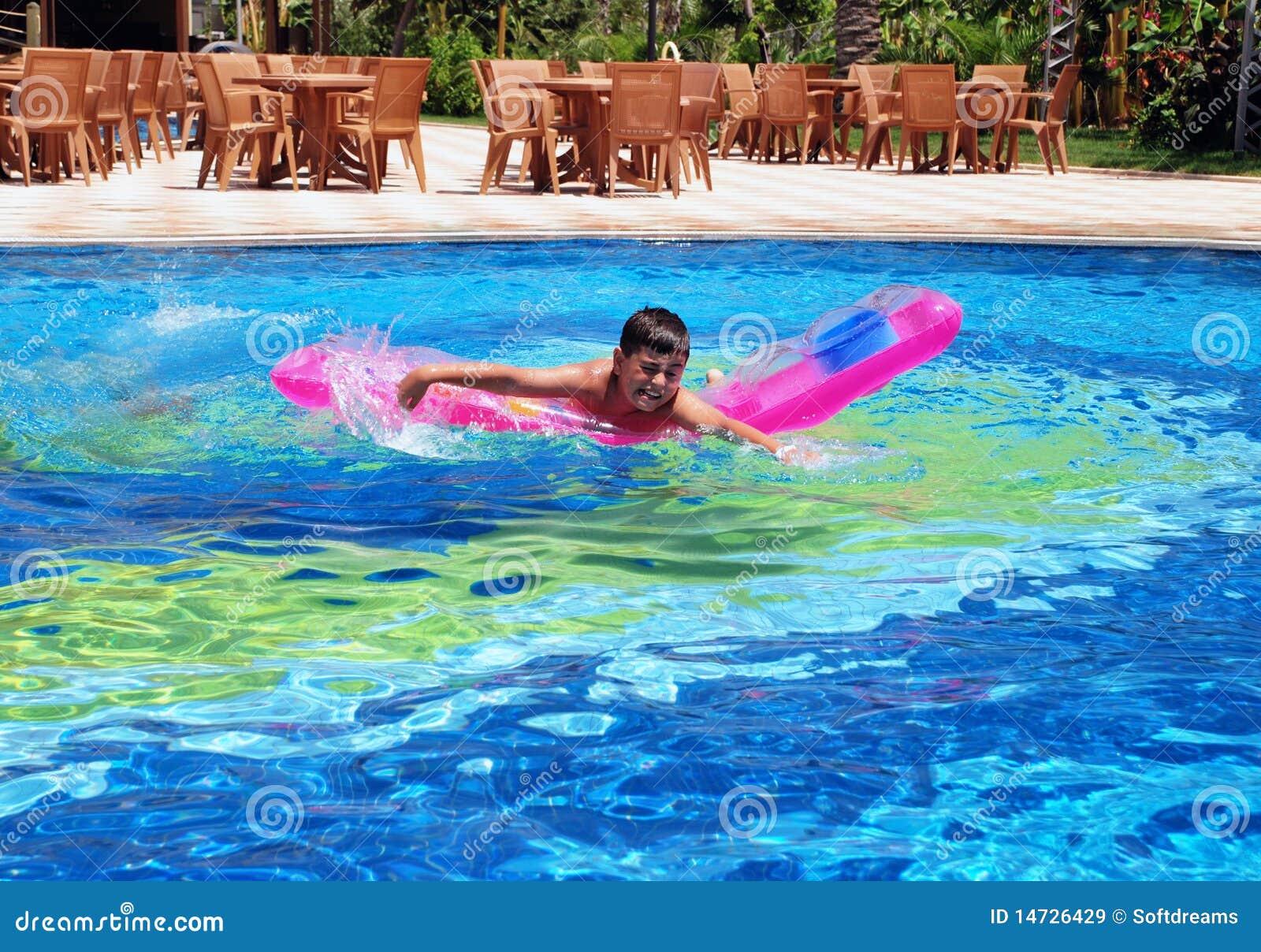 muchacho en nadar en la piscina
