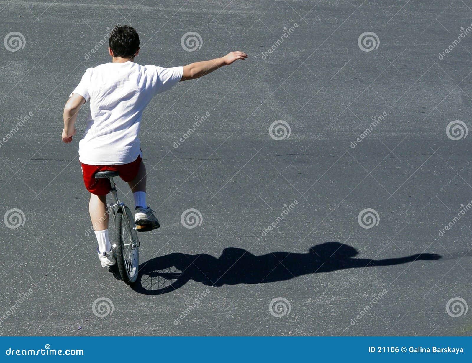 Muchacho en un unicycle