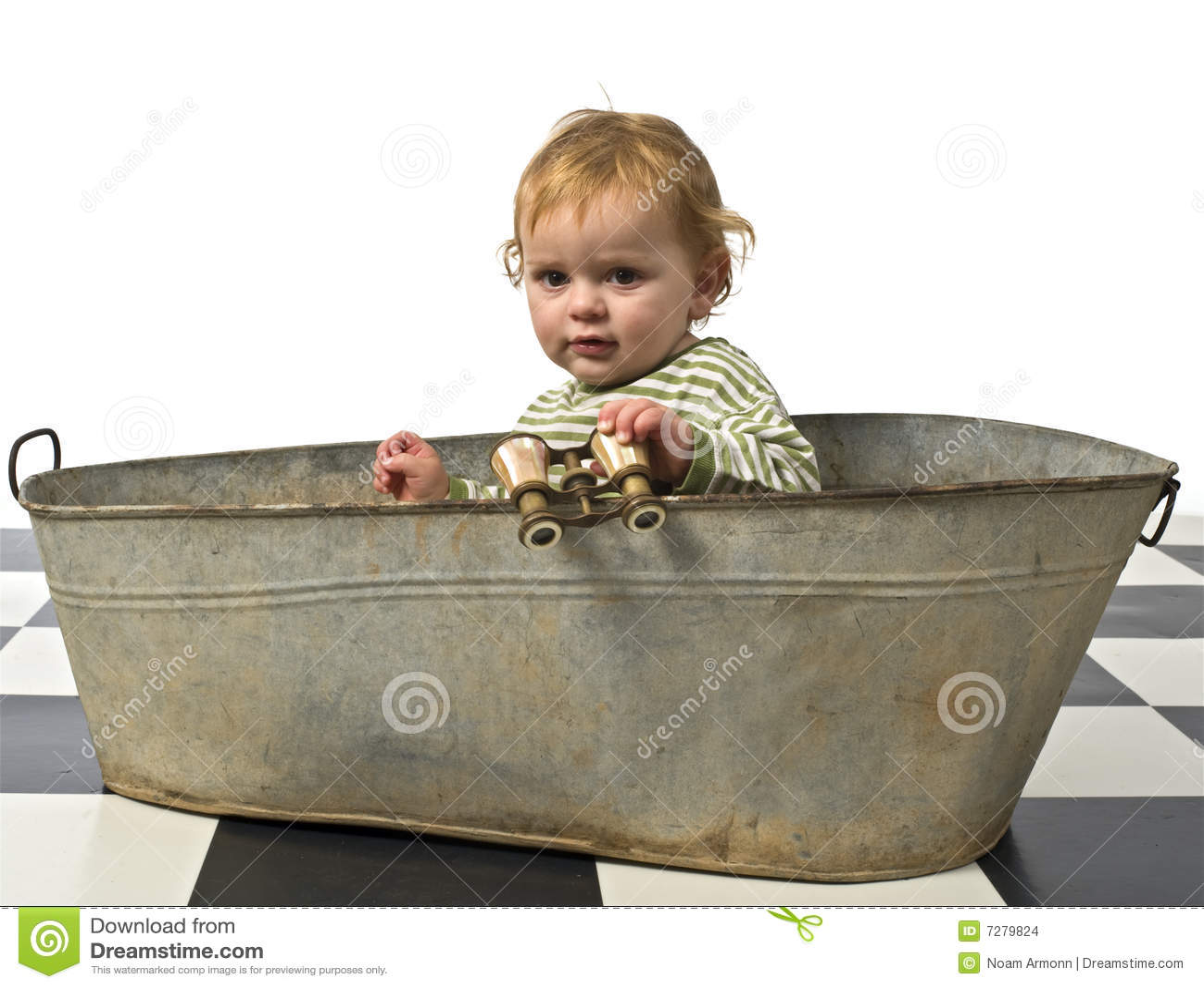 Muchacho en una vieja tabulación del baño