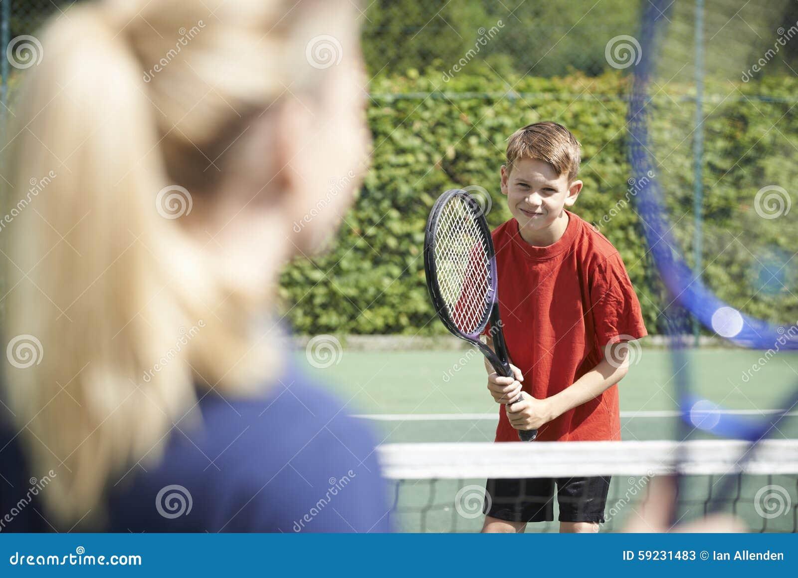 Muchacho femenino de Giving Lesson To del coche de tenis