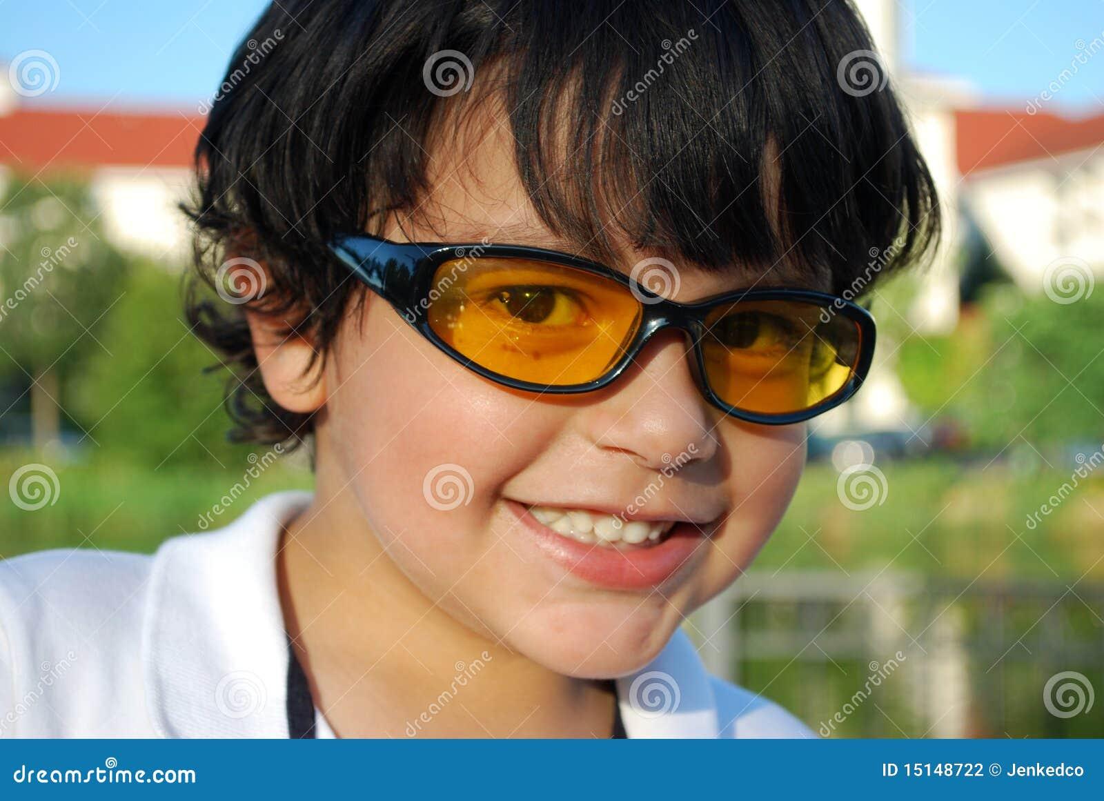 Muchacho hispánico adorable en gafas de sol