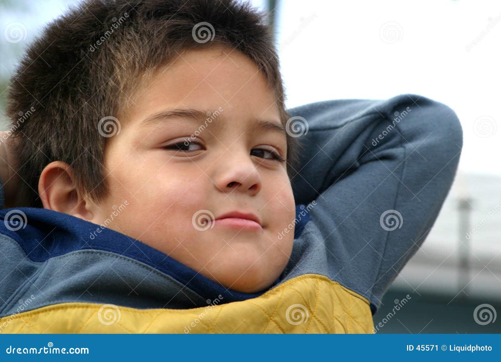 Muchacho joven que golpea con el pie detrás
