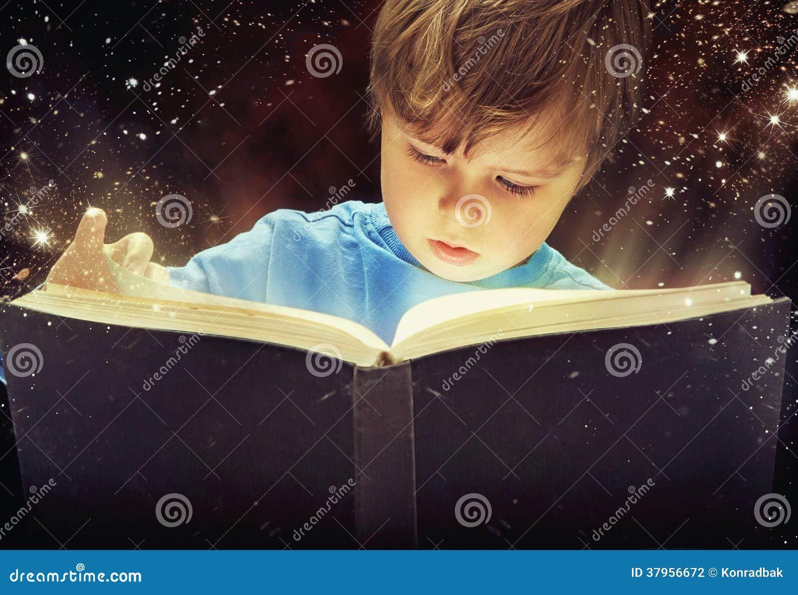 Muchacho joven sorprendente con el libro mágico