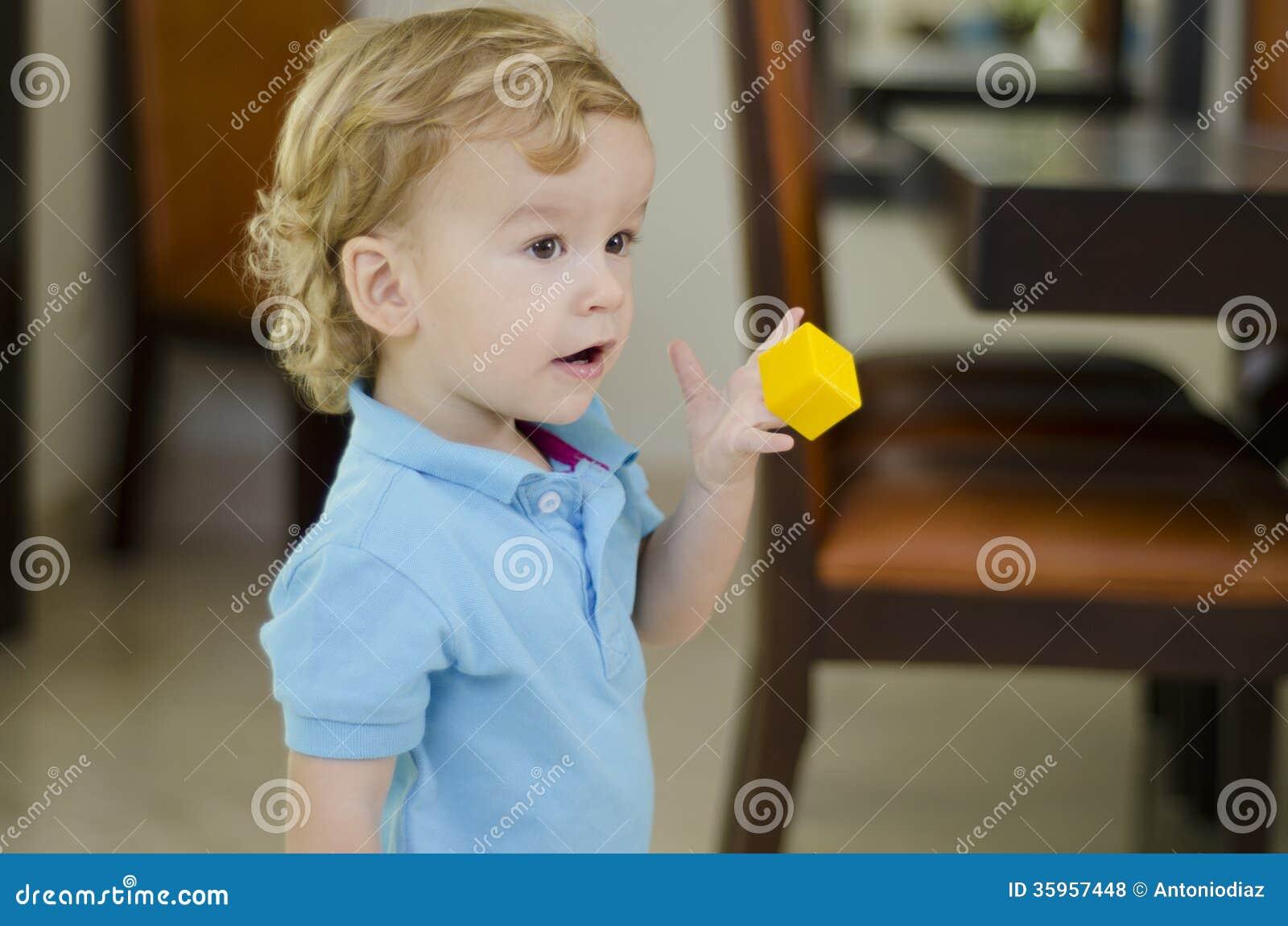 Muchacho lindo que juega con un juguete