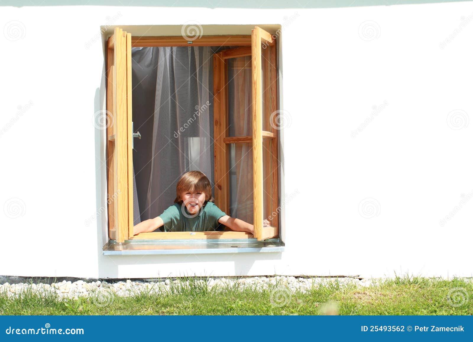 muchacho que abre la ventana fotograf a de archivo