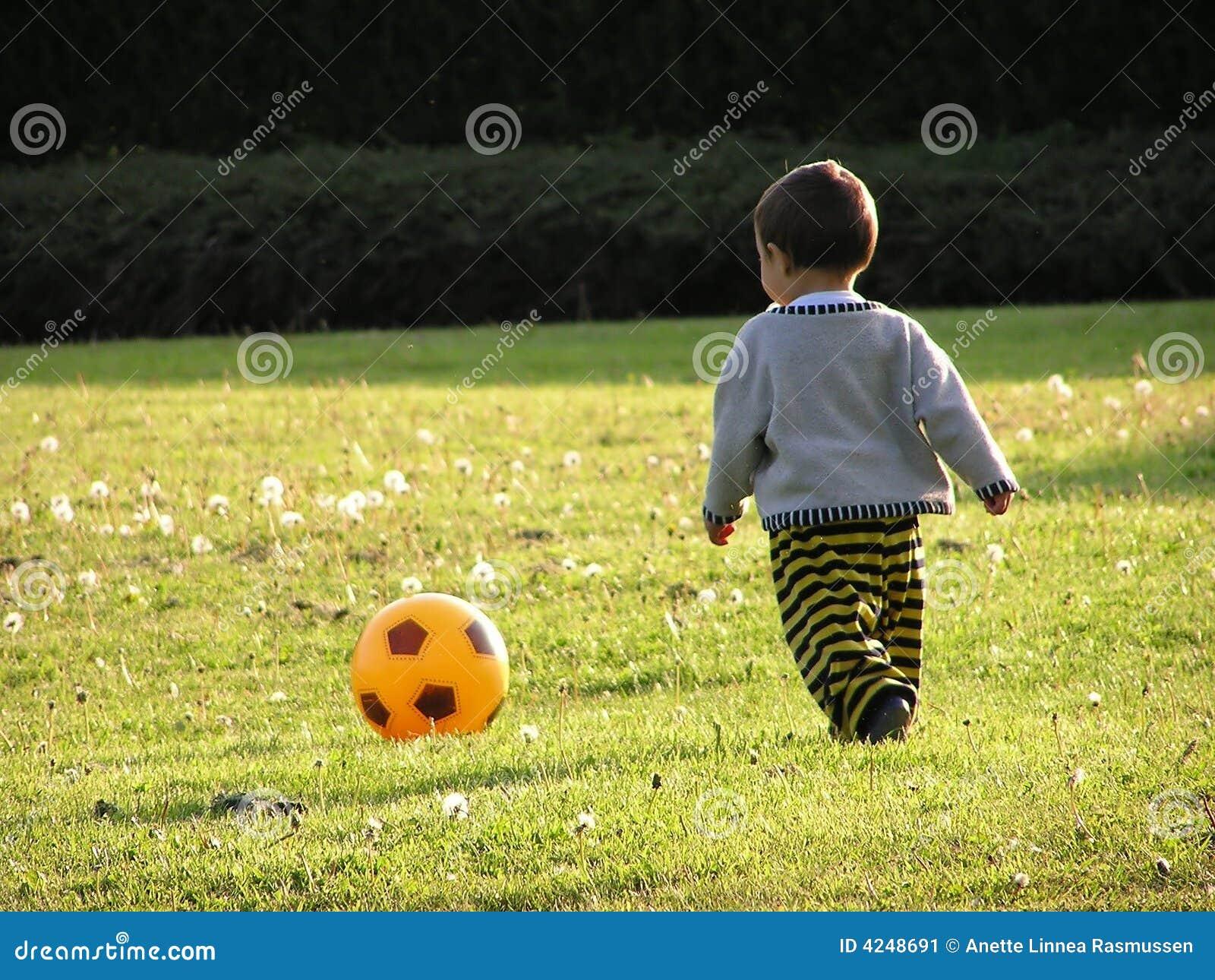 Muchacho que aprende fútbol