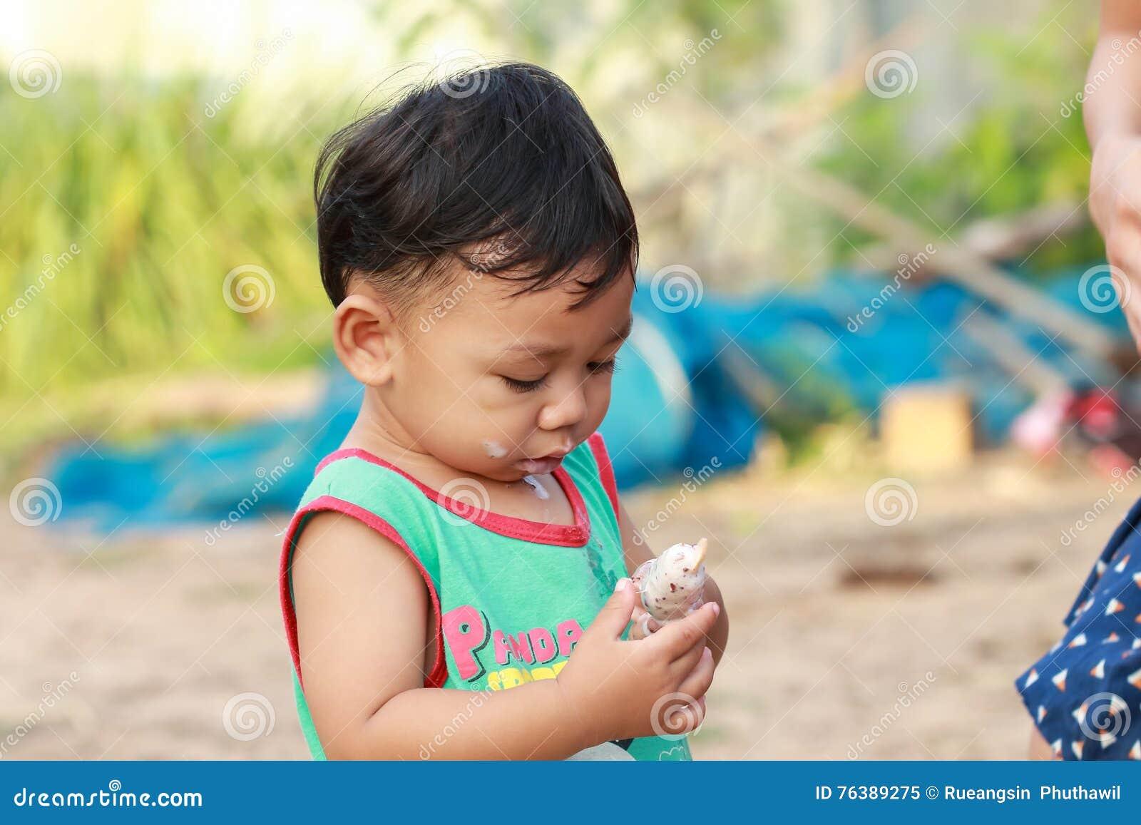 Muchacho que come feliz el helado