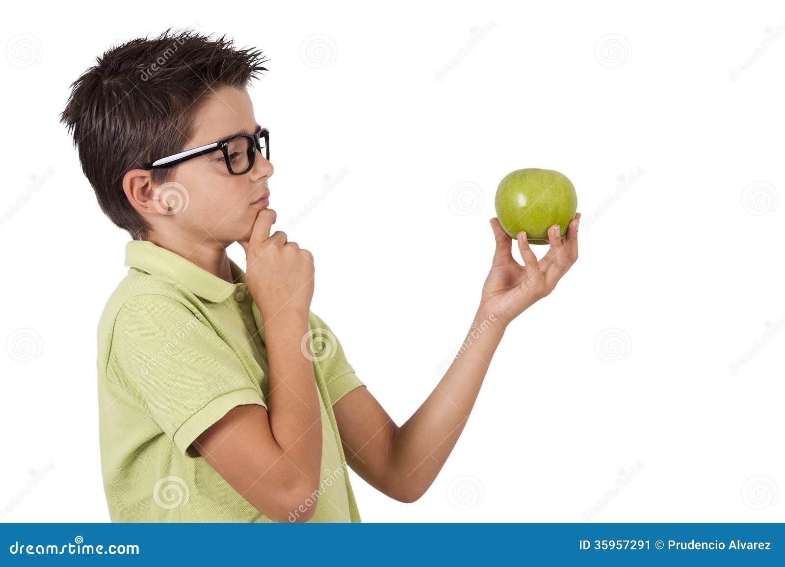 Muchacho que come la manzana