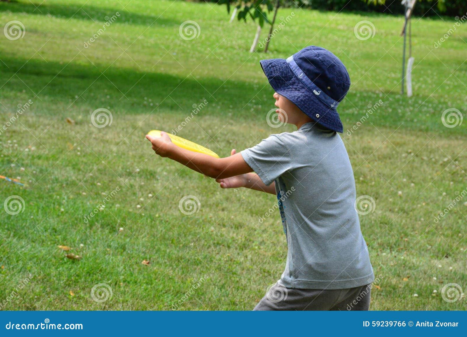 Muchacho que juega con el disco volador