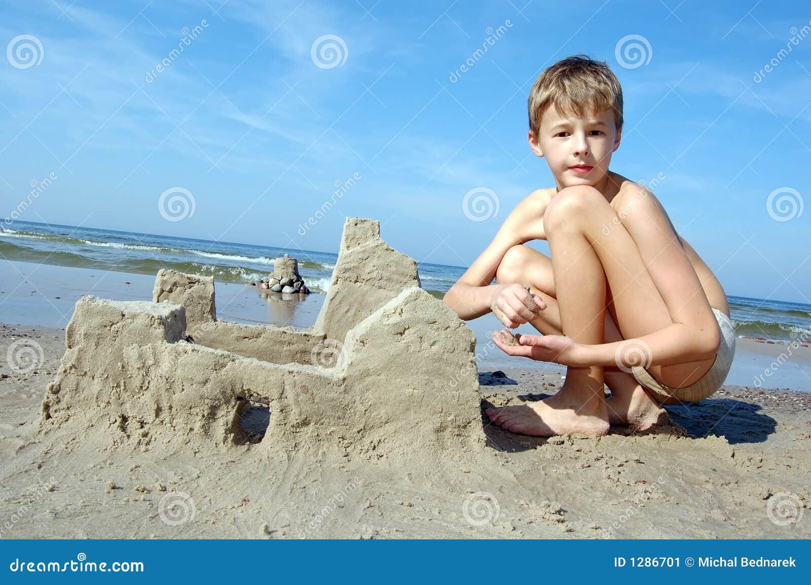 Muchacho que juega en la playa