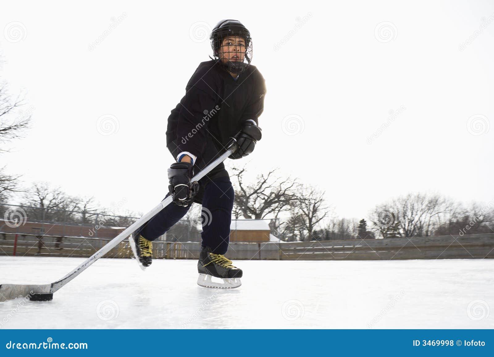 Muchacho que juega a hockey sobre hielo.