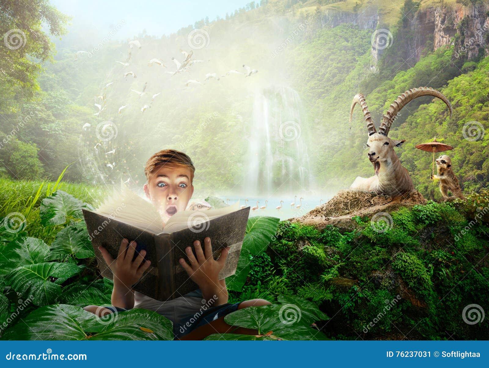 Muchacho que lee una historia maravillosa del hada-cuento
