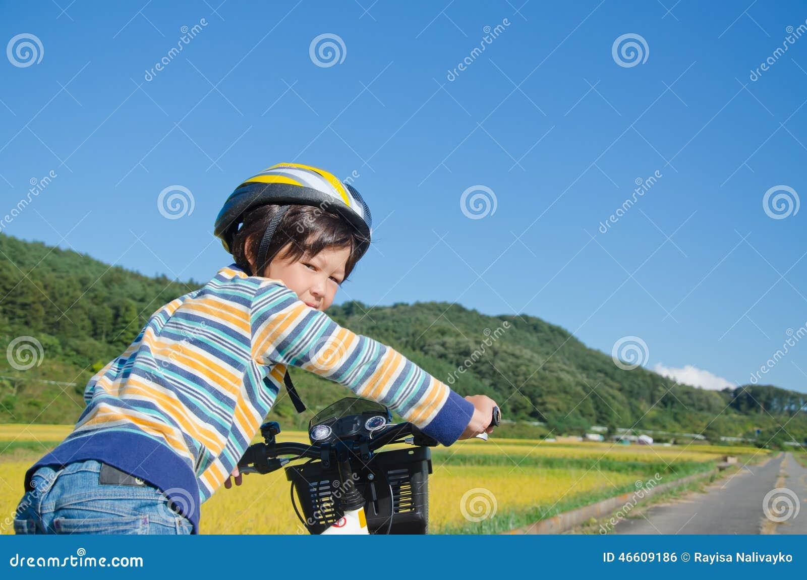 Muchacho que monta una bici