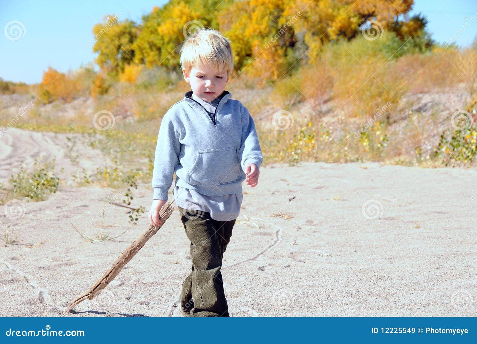Muchacho que recorre en la arena
