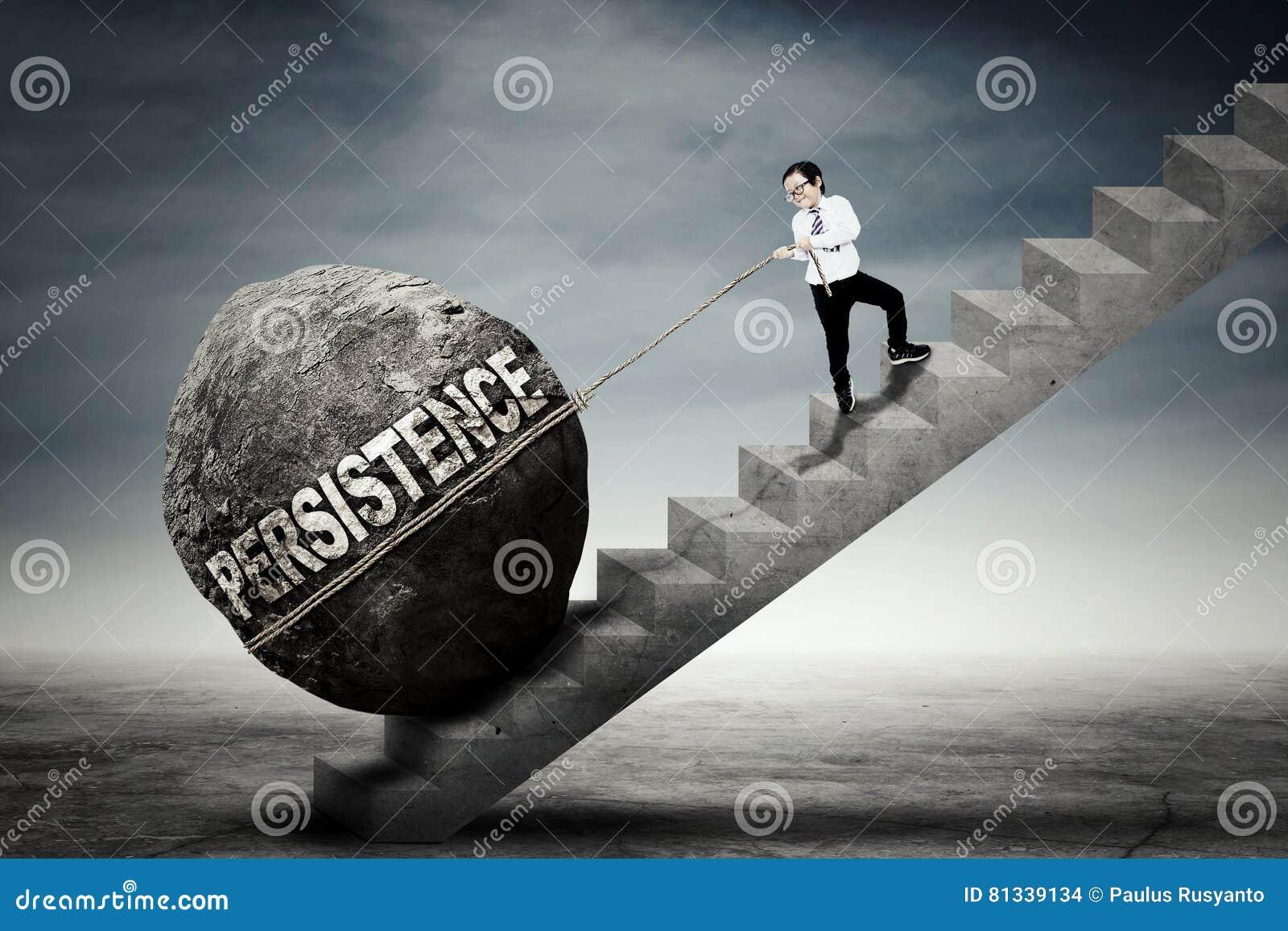 Muchacho que tira de la piedra con palabra de la persistencia