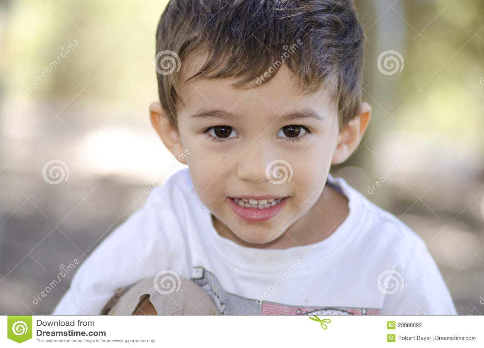 Muchacho sonriente lindo del latino del retrato