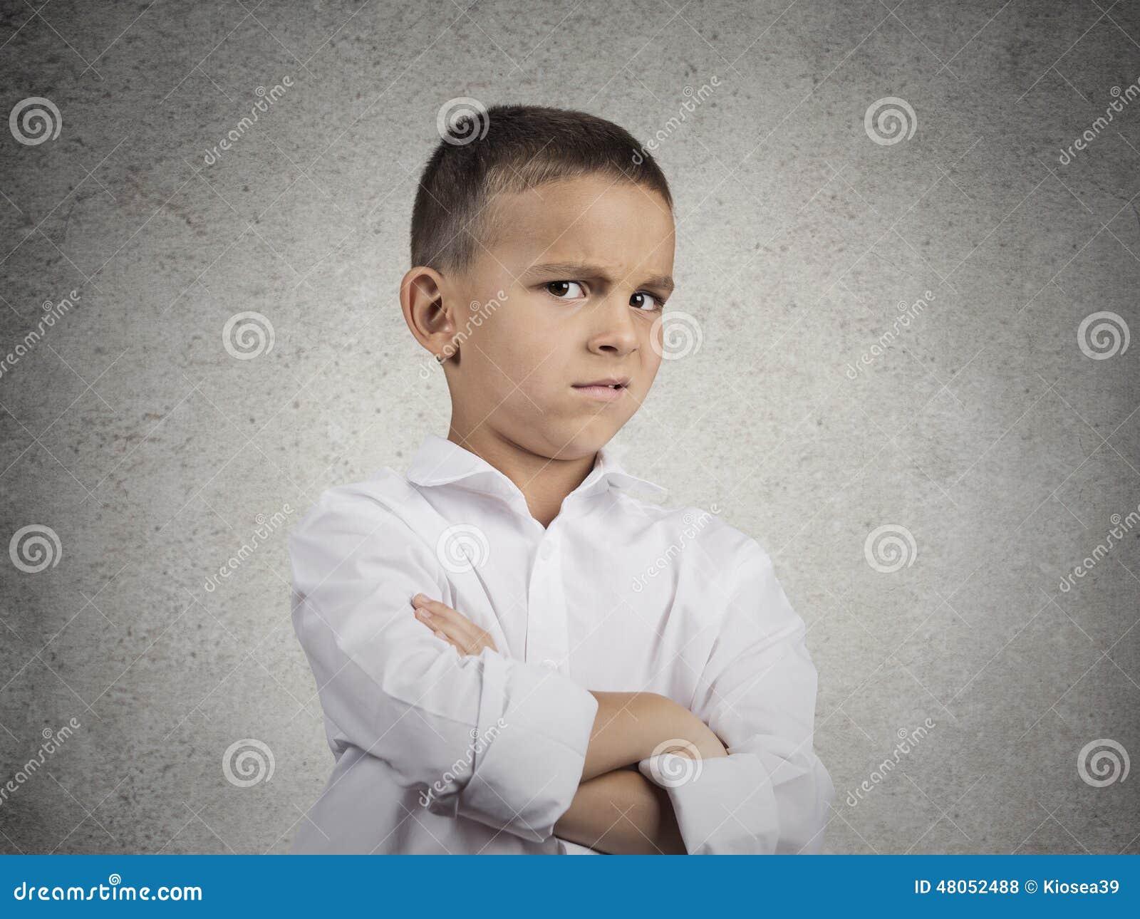 Muchacho sospechoso, prudente del niño que mira con incredulidad