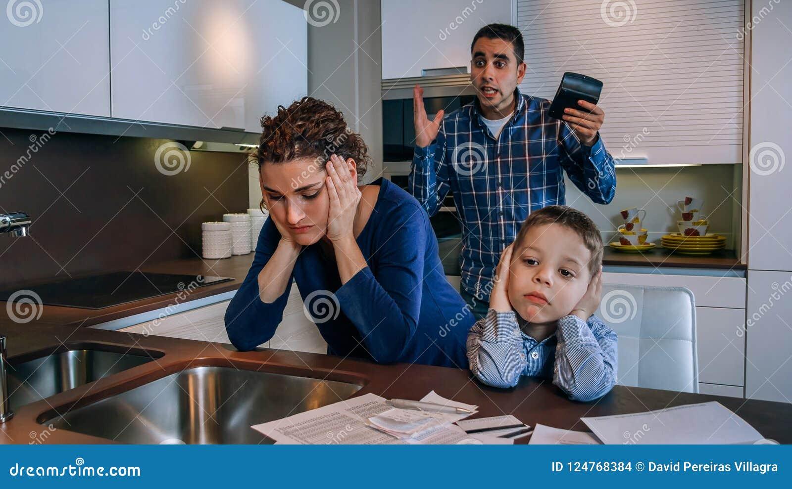Muchacho triste con su discusión de los padres