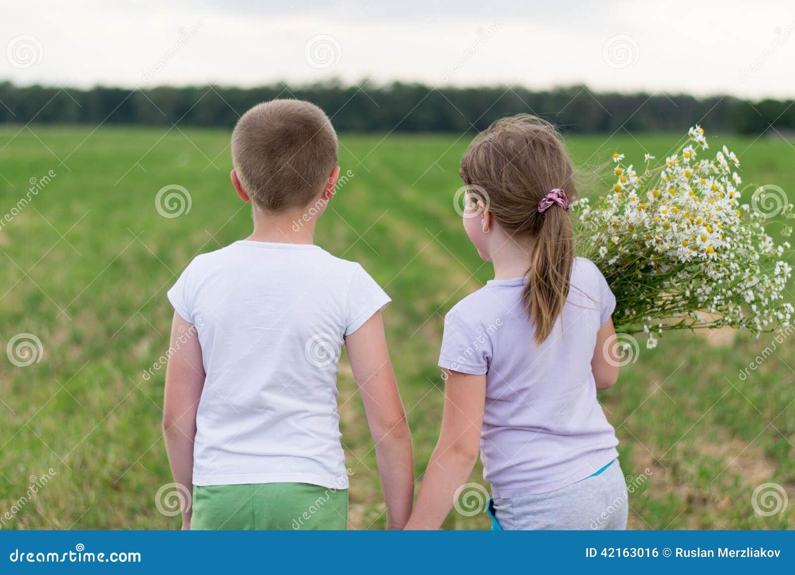 Muchacho y muchacha con un ramo de margaritas
