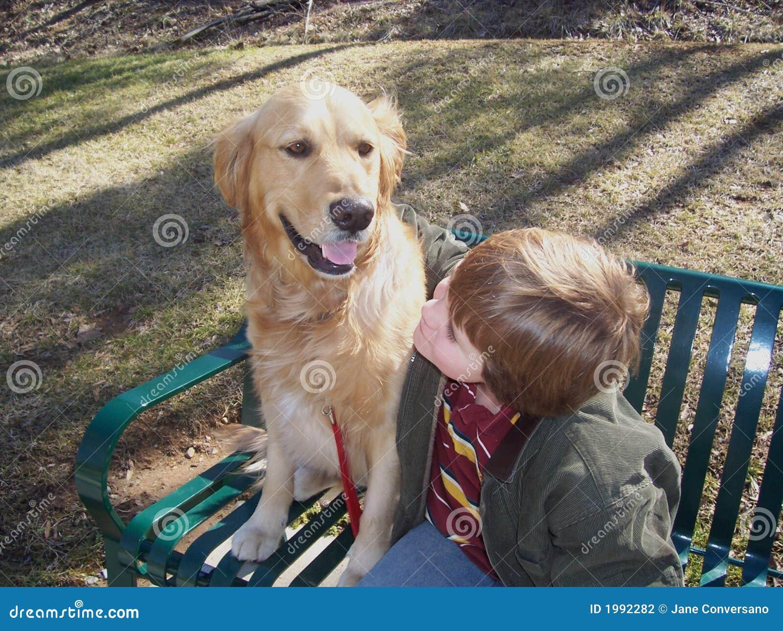 Muchacho y perro en banco