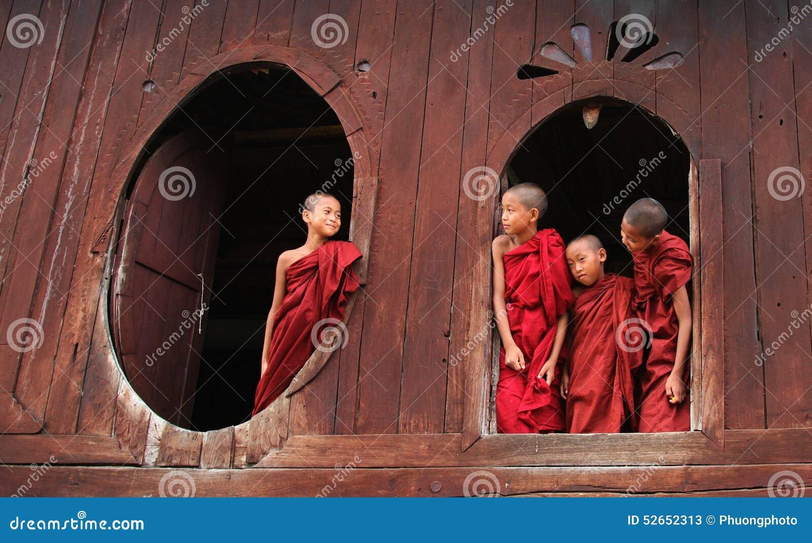 Muchachos birmanos del novato en Mandalay
