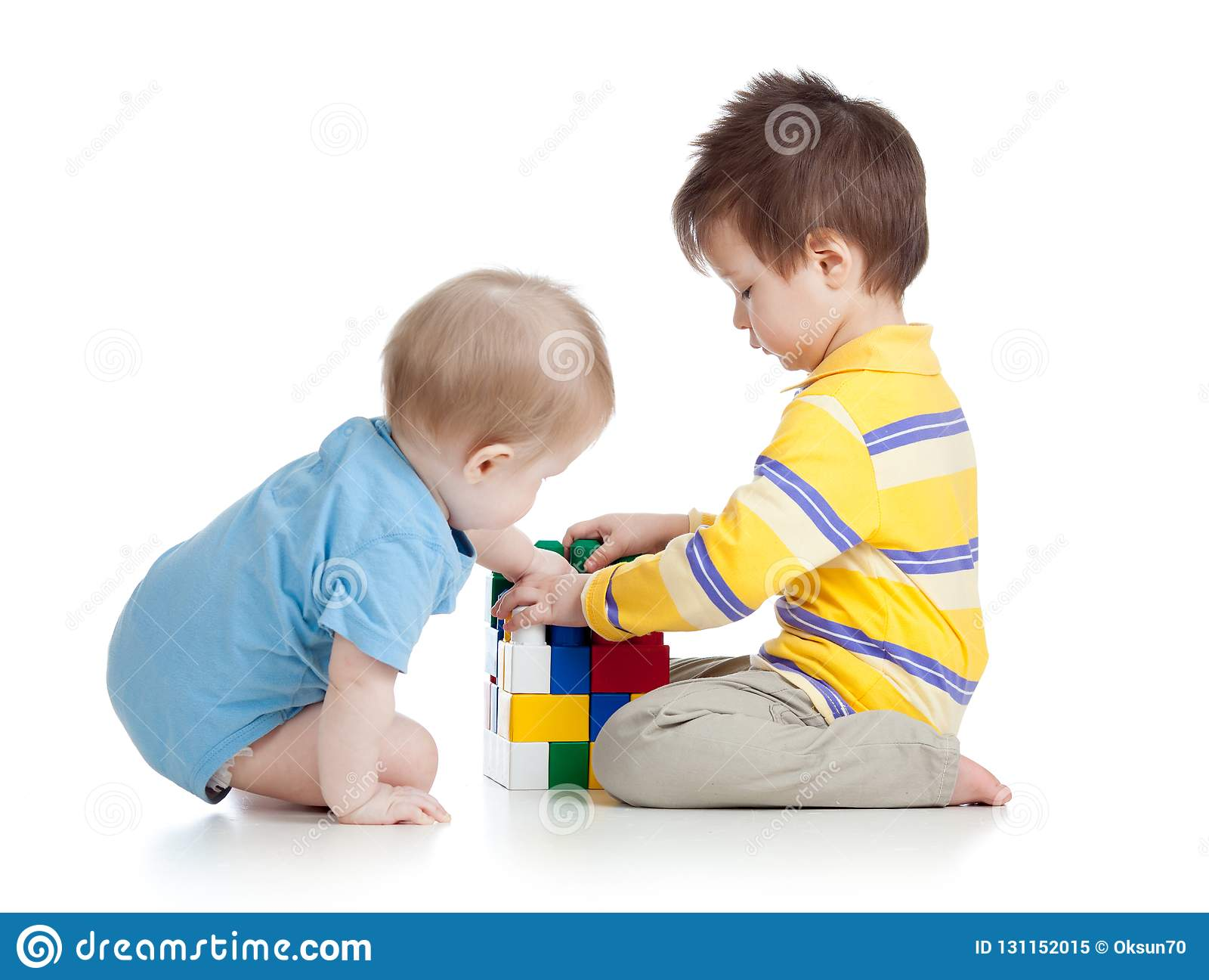 Muchachos de los niños que juegan con los juguetes junto