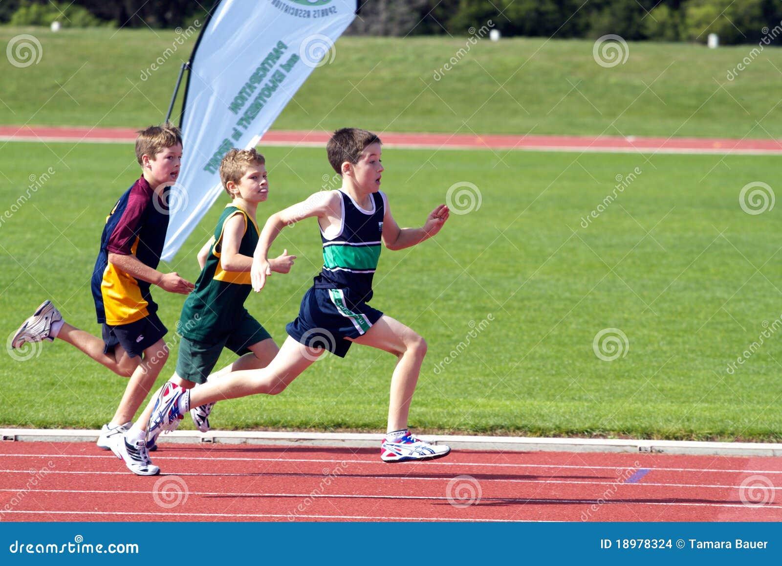 Muchachos en raza de los deportes