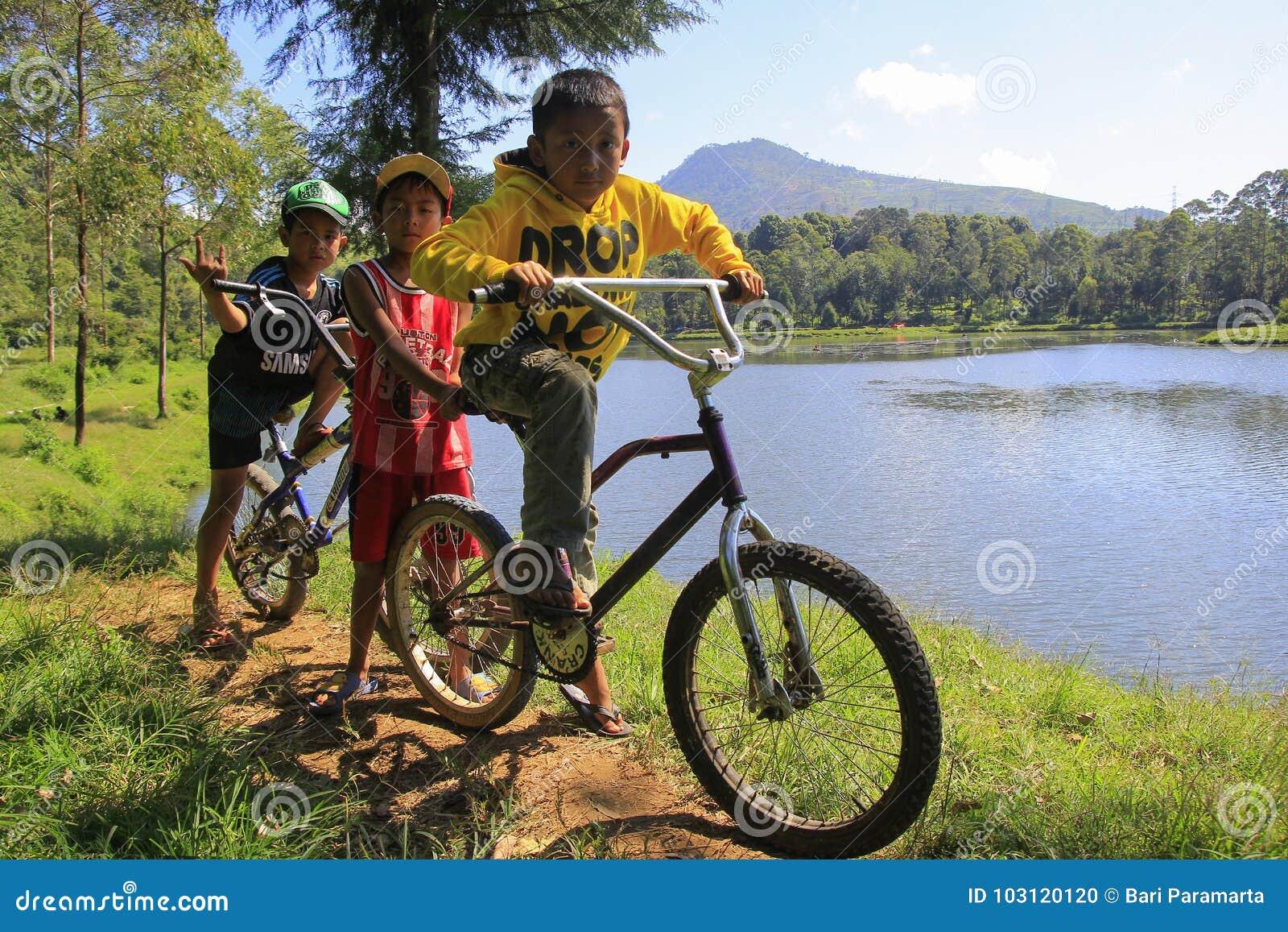 Muchachos que juegan alrededor del lago Cisanti