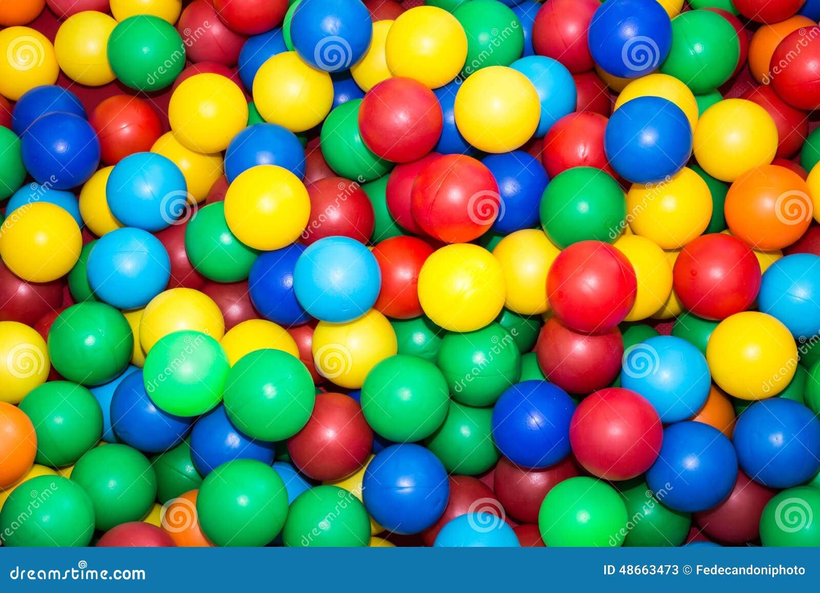 Muchas bolas pl sticas coloridas en la piscina para los for Piscina de bolas para bebes