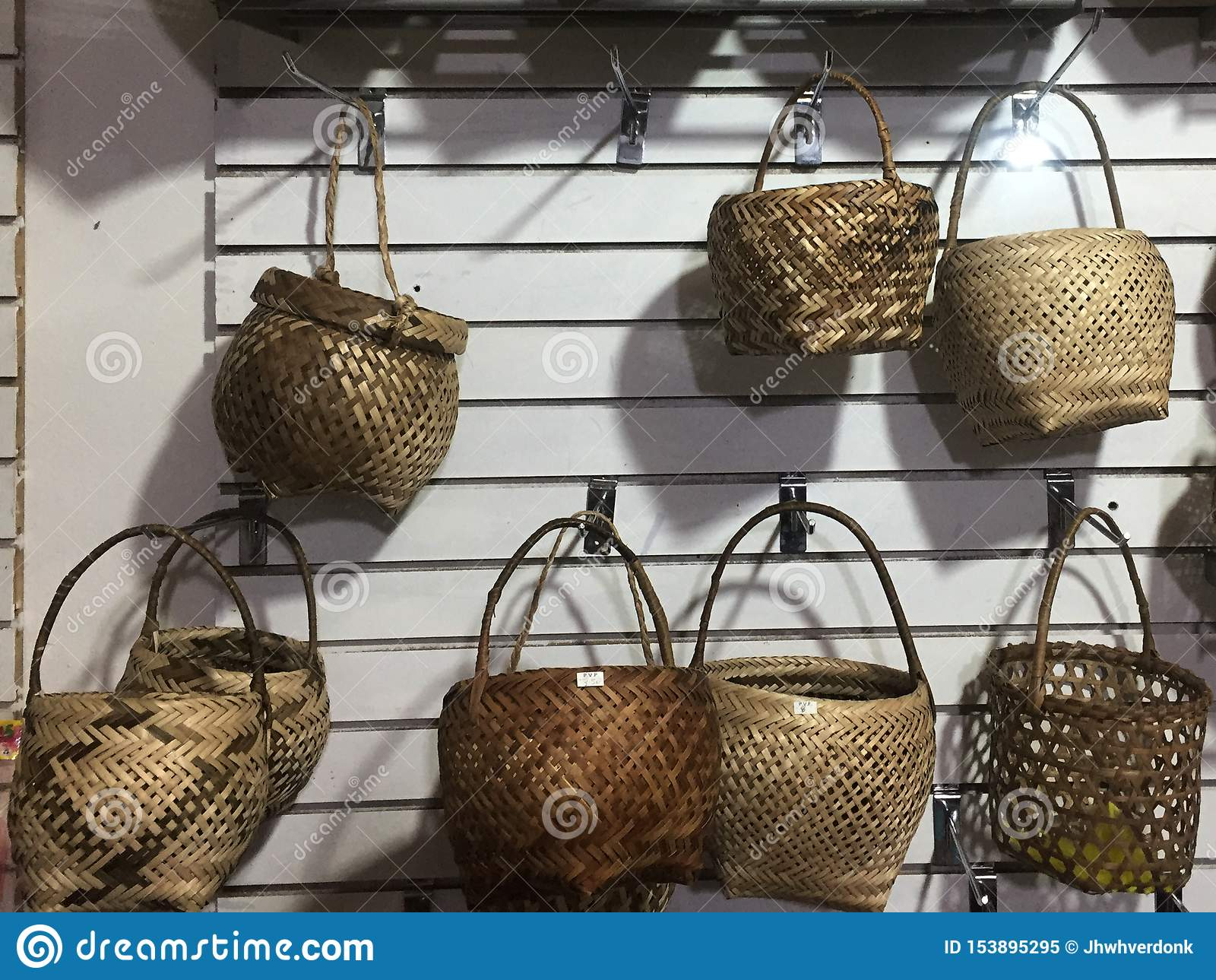 Muchas cestas de mimbre en diversas formas que están en venta en una tienda