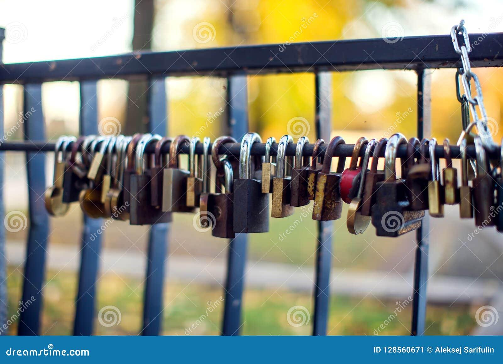 Muchas diversas cerraduras del amor en el puente