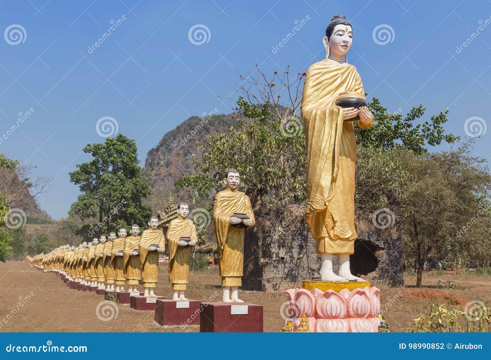 Muchas estatuas de Buda que se colocan en fila en el templo del monasterio de Tai Ta Ya en el distrito del payathonzu, Myanmar Bi