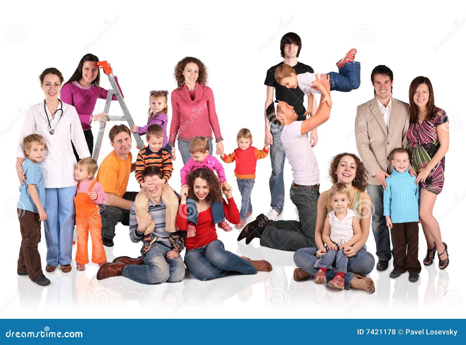 Muchas familias con el grupo de los niños