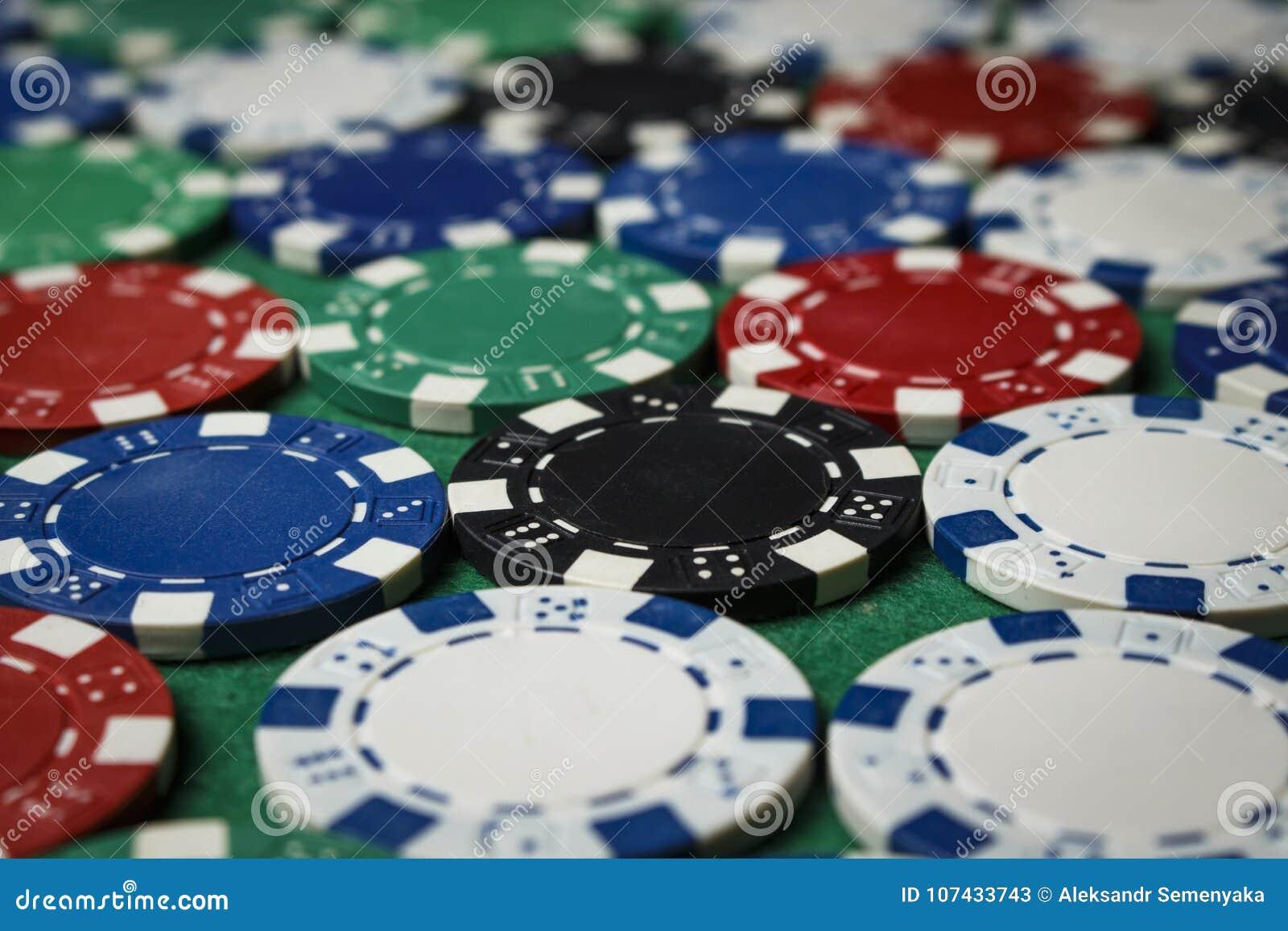 Muchas fichas de póker en la tabla