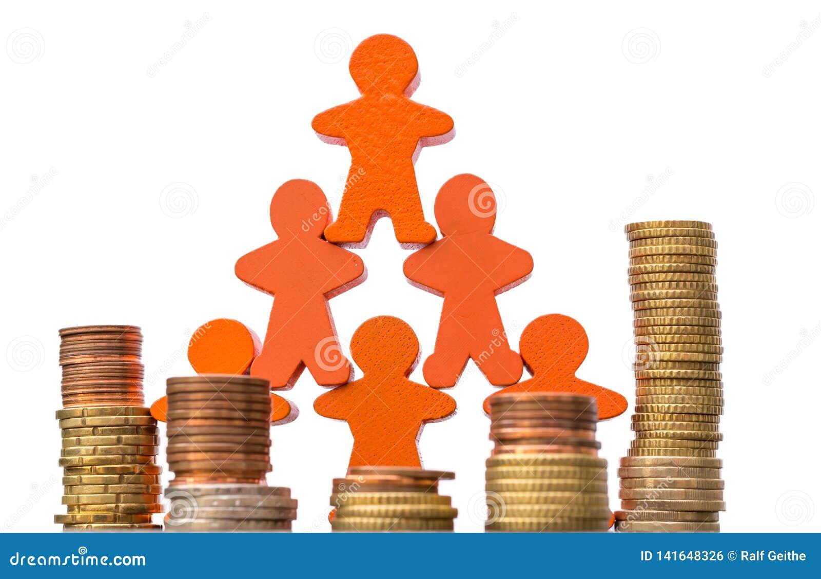 Muchas figuras de madera con las pilas grandes de monedas contra un fondo blanco como muestra de las grandes oportunidades financ