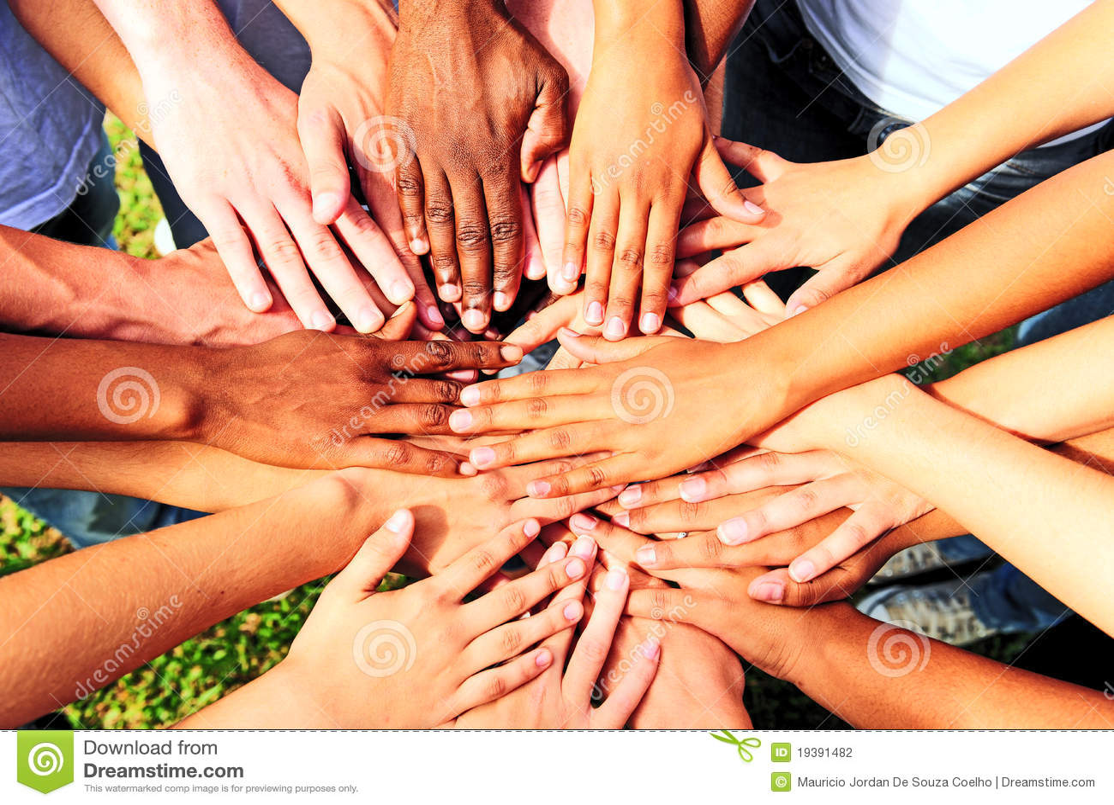 Muchas manos junto: manos que ensamblan del grupo de personas