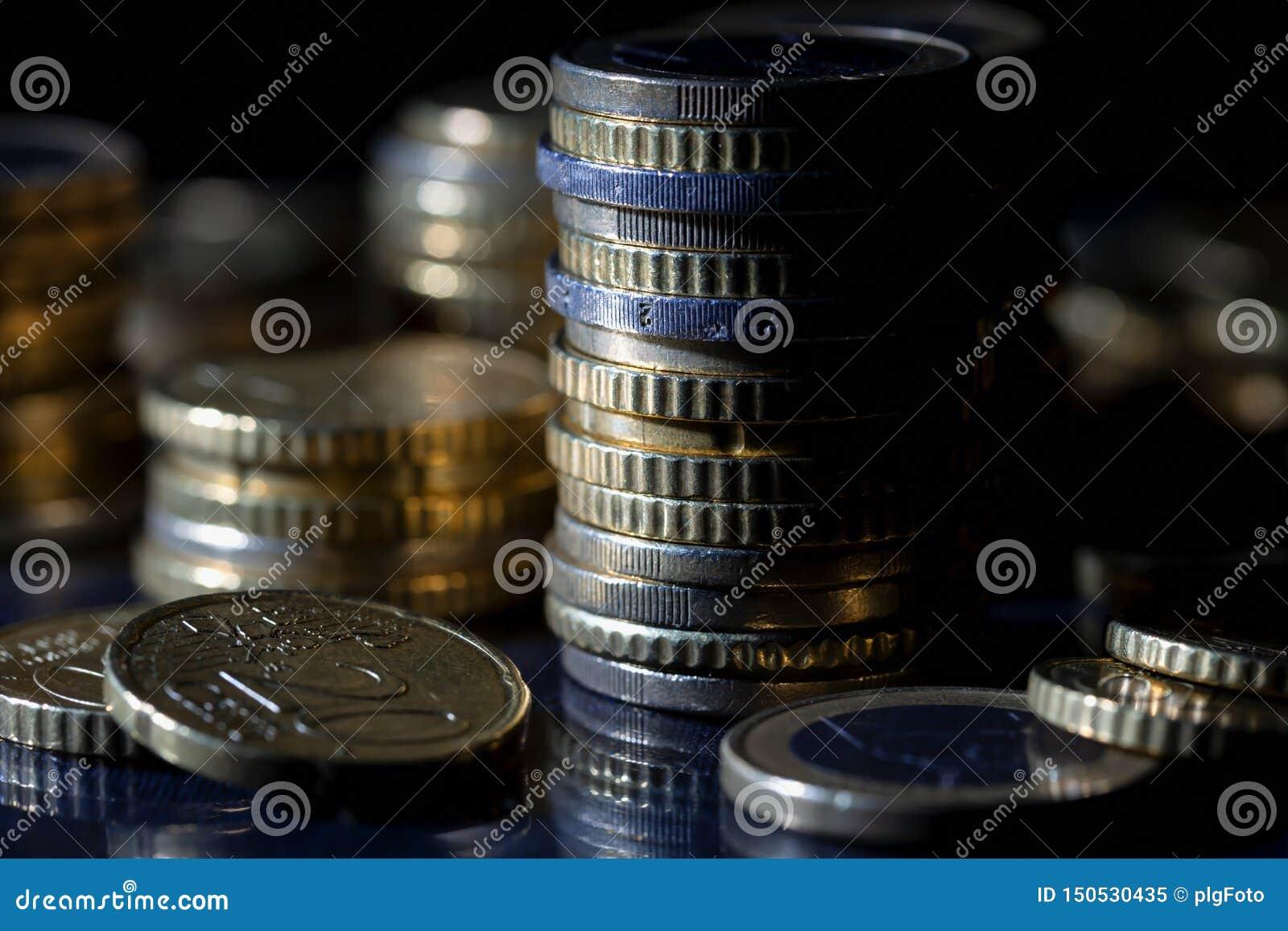 Muchas monedas y centavos euro en negro