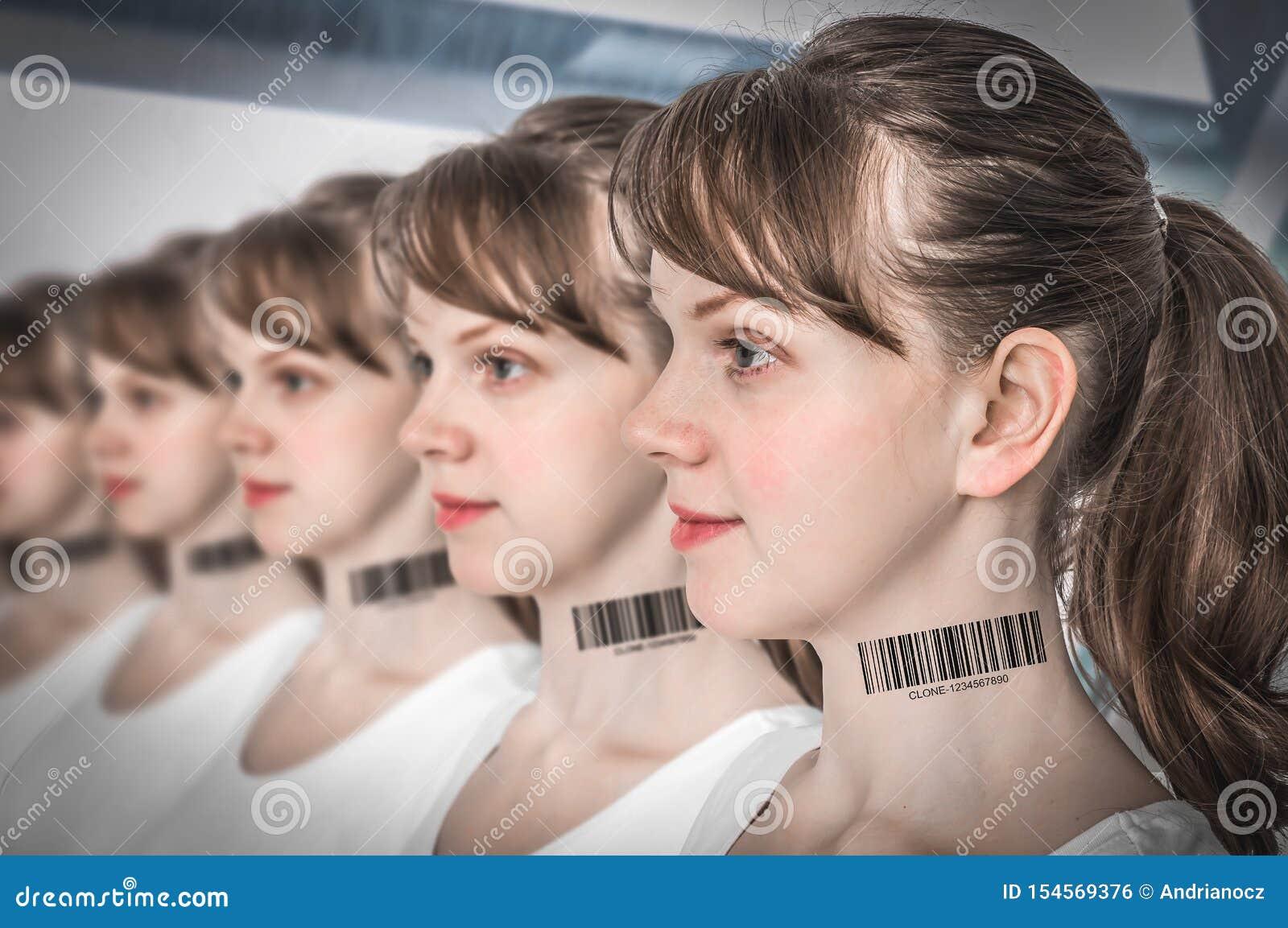 Muchas mujeres en fila con el c?digo de barras - concepto gen?tico de la copia