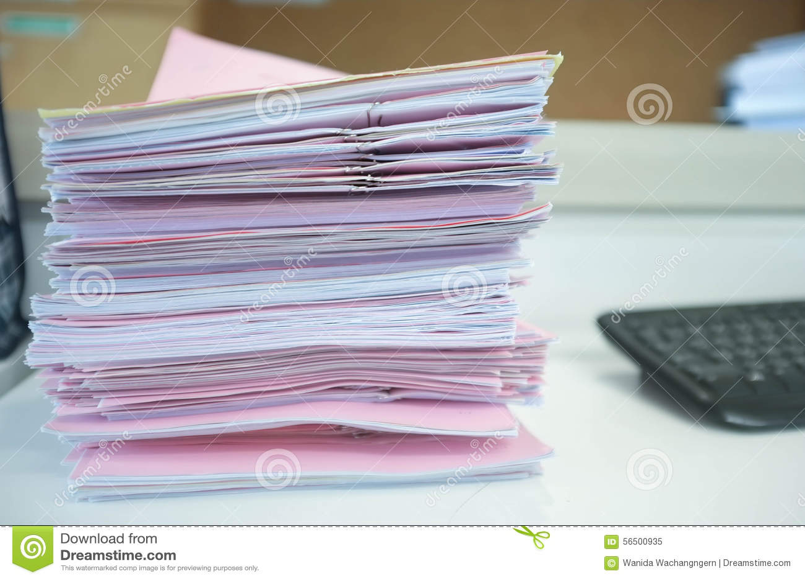 Muchas pilas de papeles en el escritorio