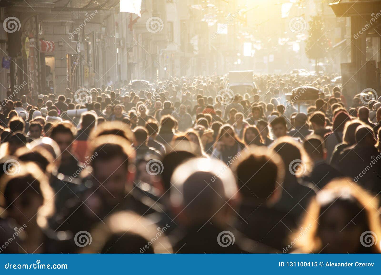 Muchedumbre borrosa de irreconocible en la calle