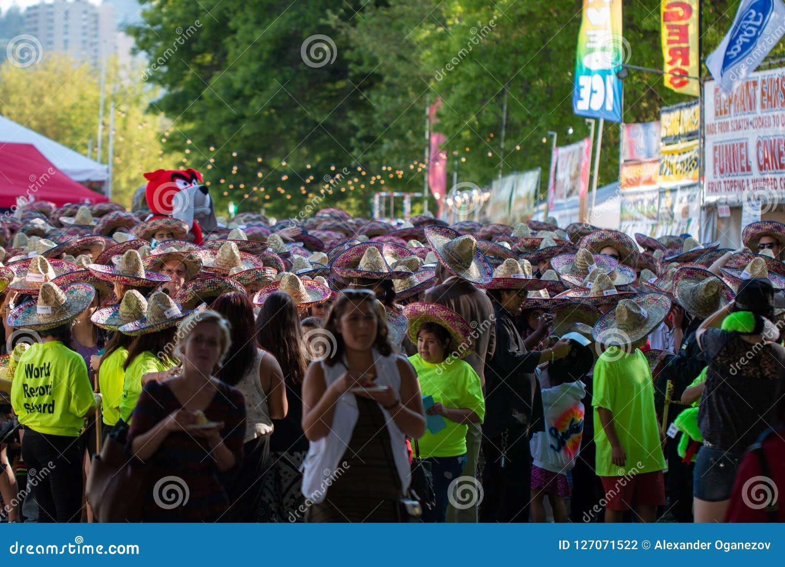 Muchedumbre de gente en el cinco de Mayo