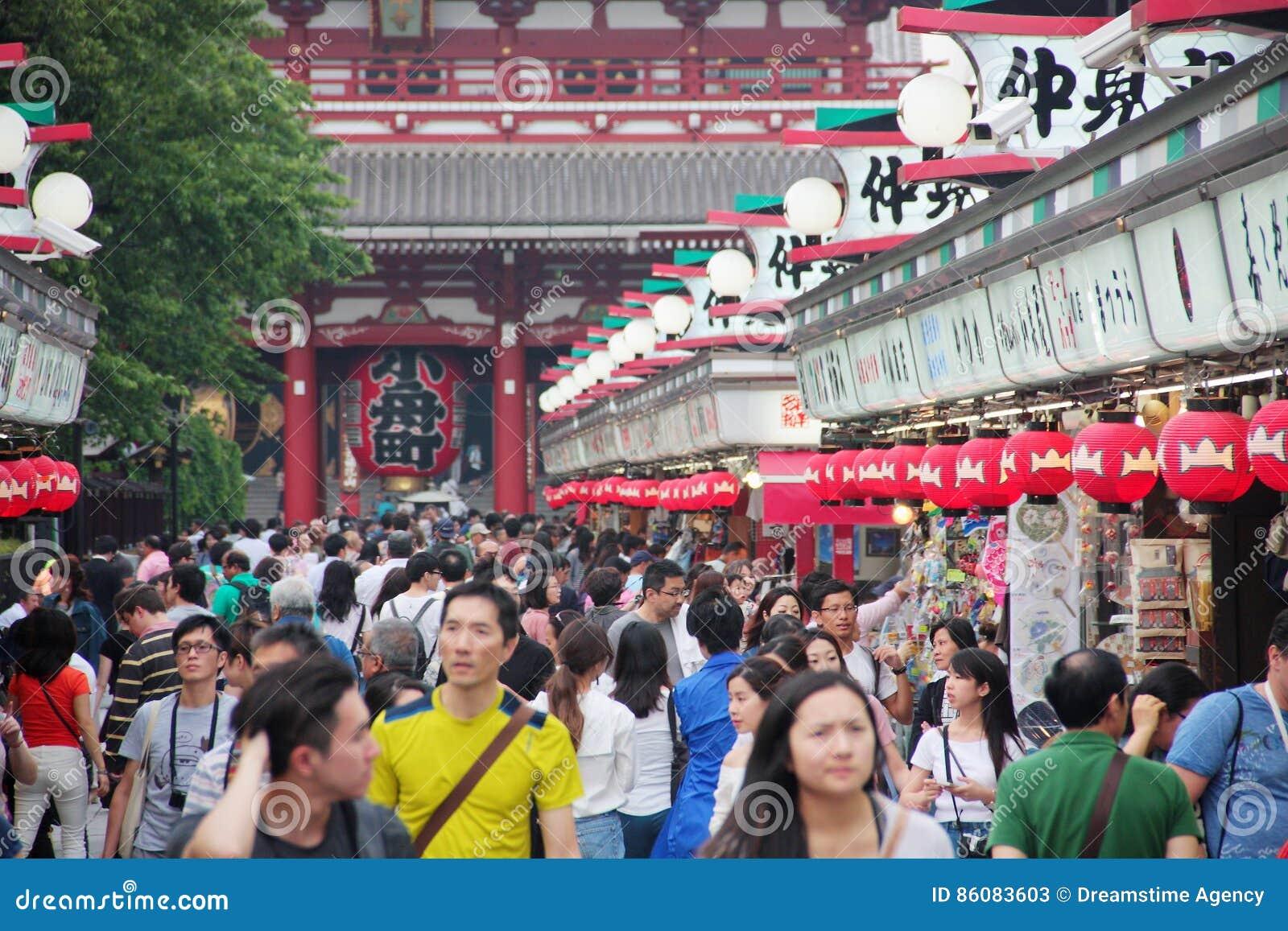 Muchedumbre de gente en la calle de Nakamise Dori para hacer compras y visitar los templos próximos, Tokio, Asakusa, Japón