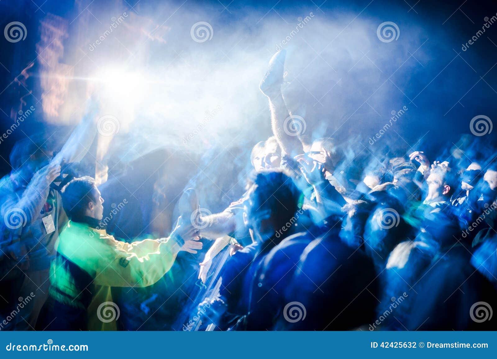Muchedumbre en el concierto al aire libre