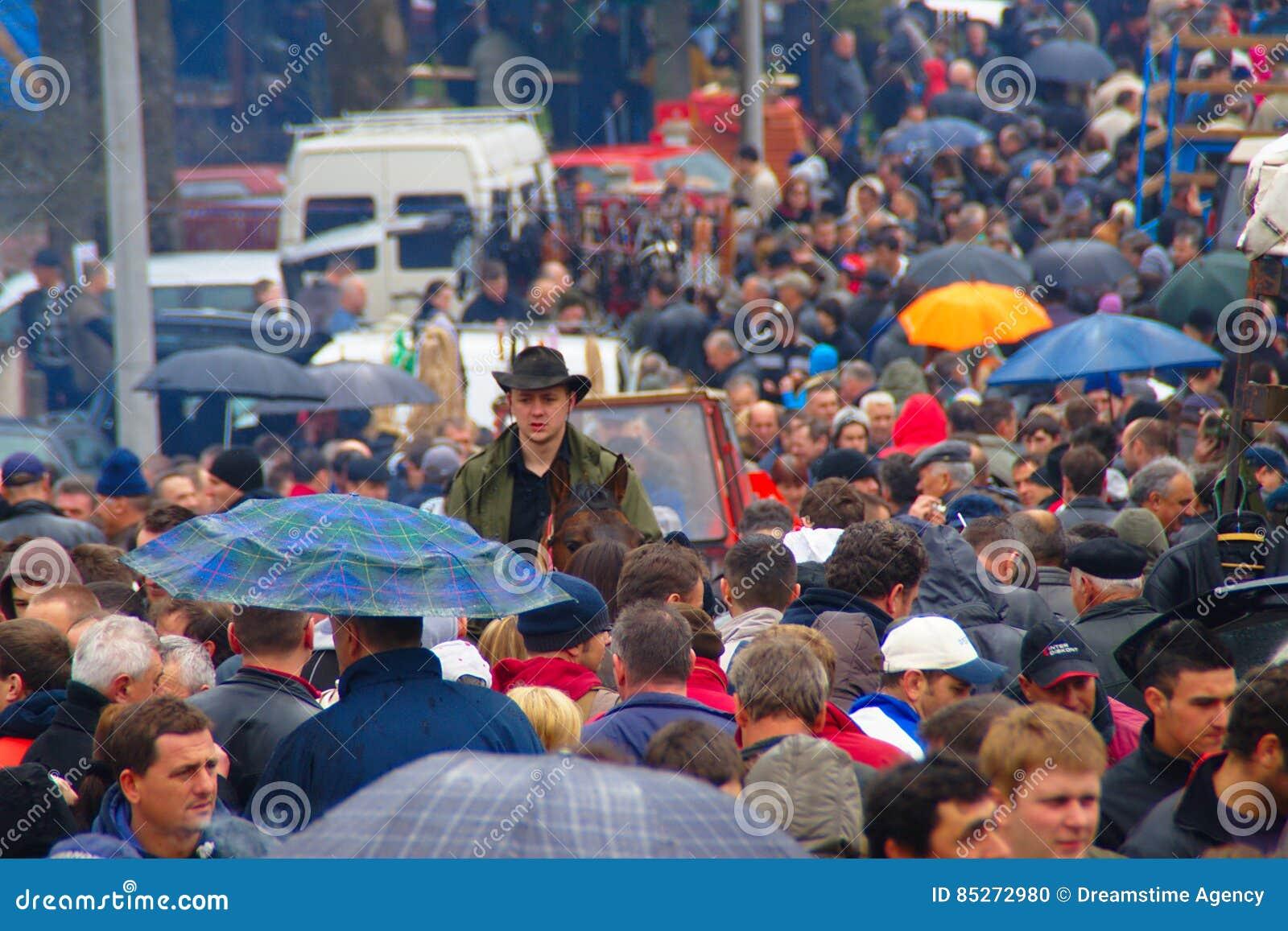 Muchedumbre en el pueblo justo en día lluvioso