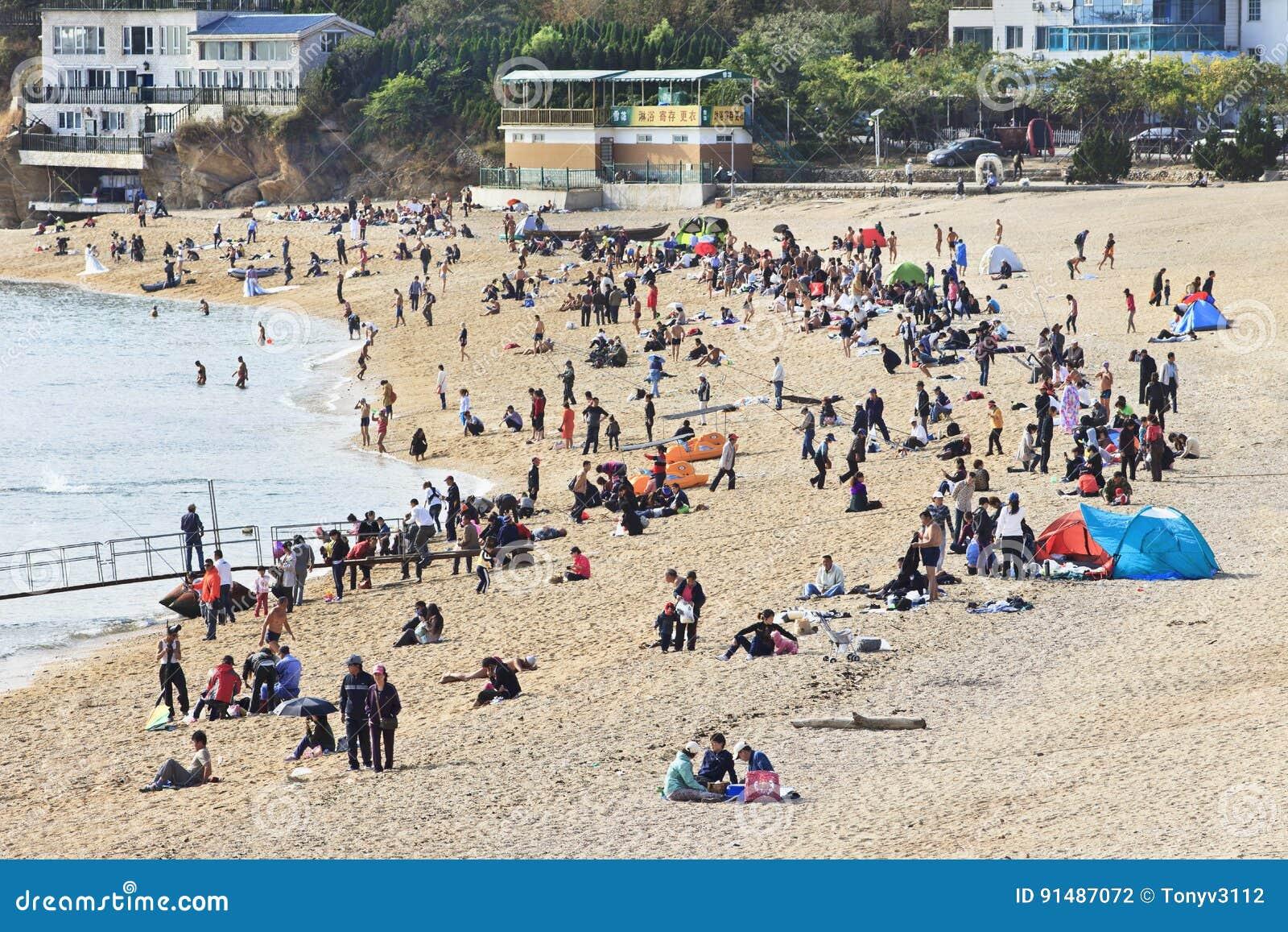 Muchedumbre en la playa de Fujiazhuang, Dalian, China