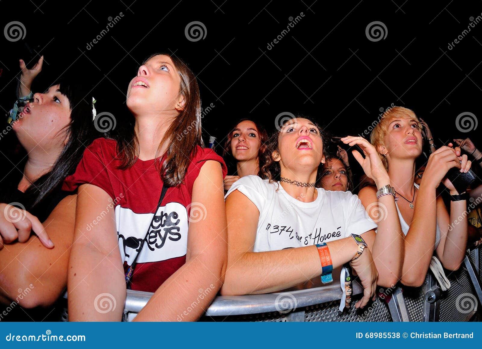 Muchedumbre en un concierto en el festival de Dcode