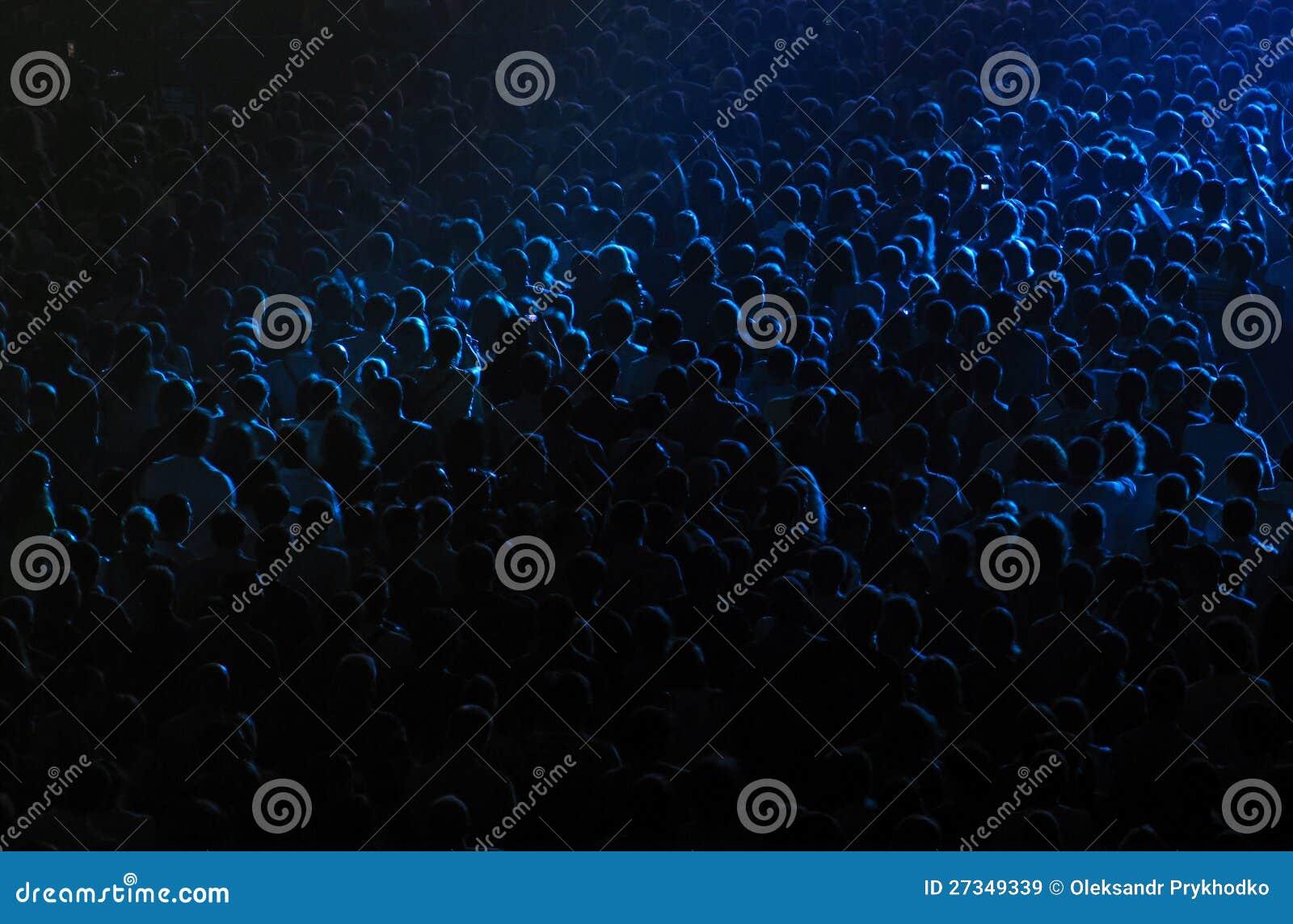 Muchedumbre en un salón de conciertos