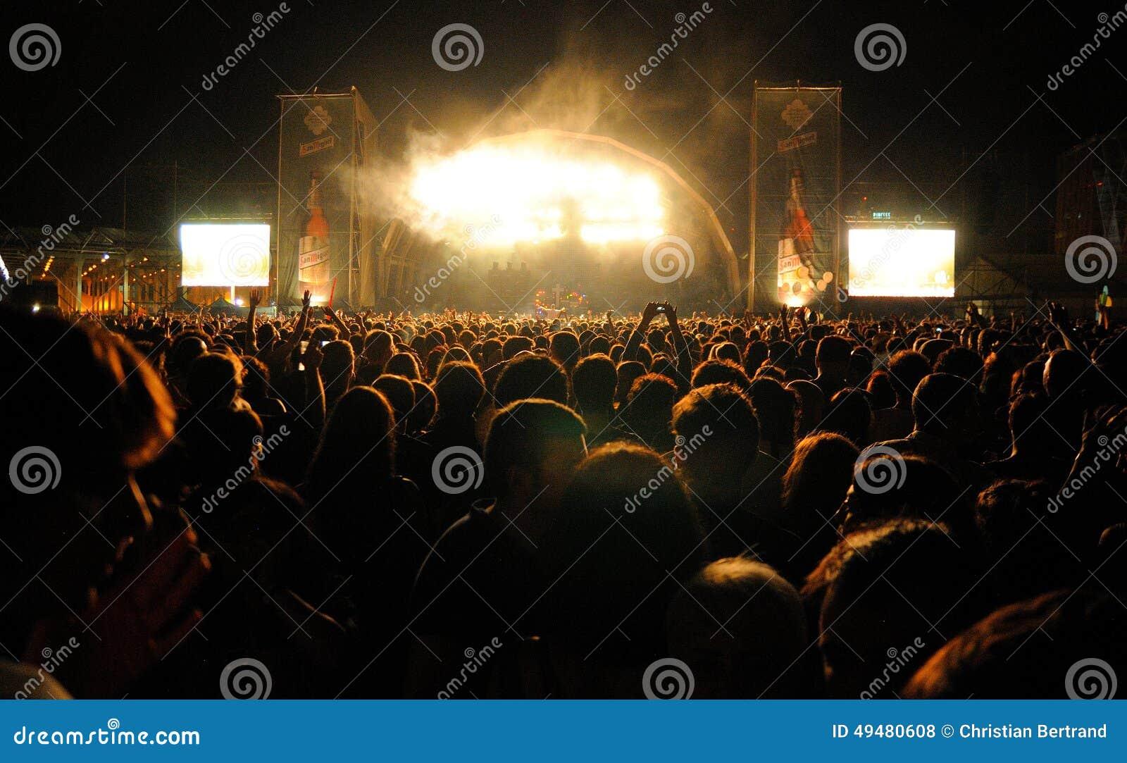 Muchedumbre que mira un concierto en San Miguel Primavera Sound Festival